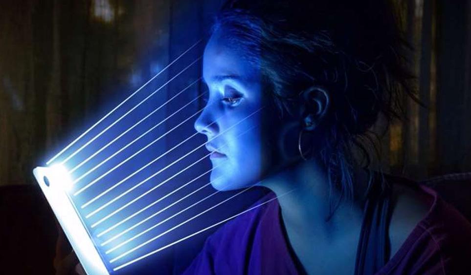 Cómo puede afectar la luz azul a la piel